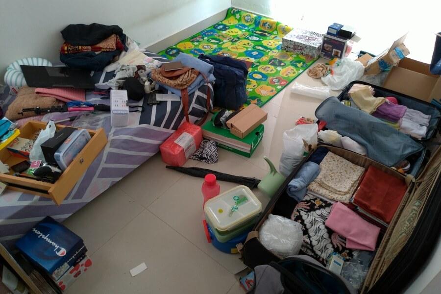 memilah barang untuk packing