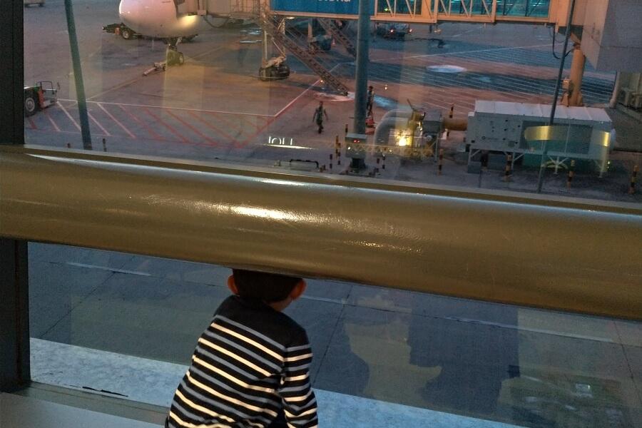 menunggu boarding di bandara