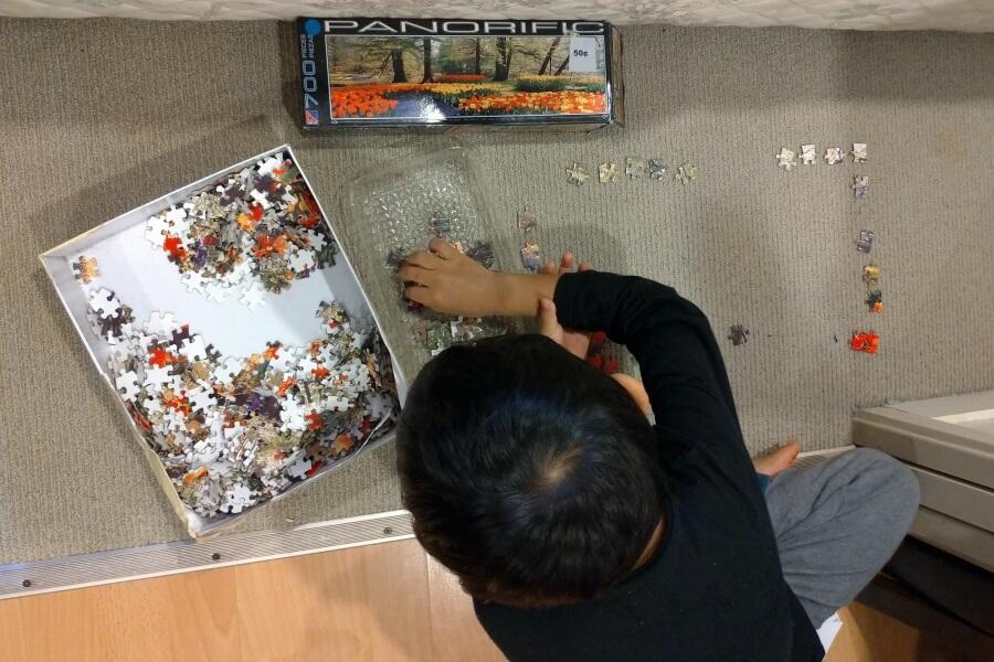 main puzzle dengan anak
