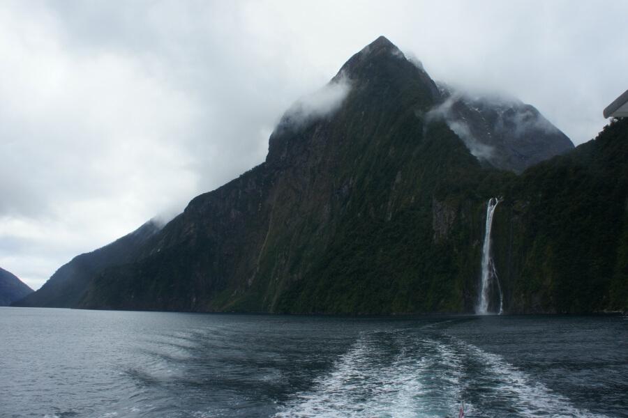 gunung dan air terjun di Milford Sound