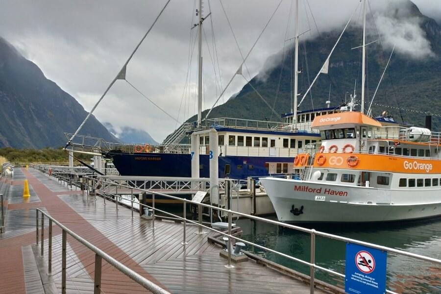 kapal untuk cruise Milford Sound