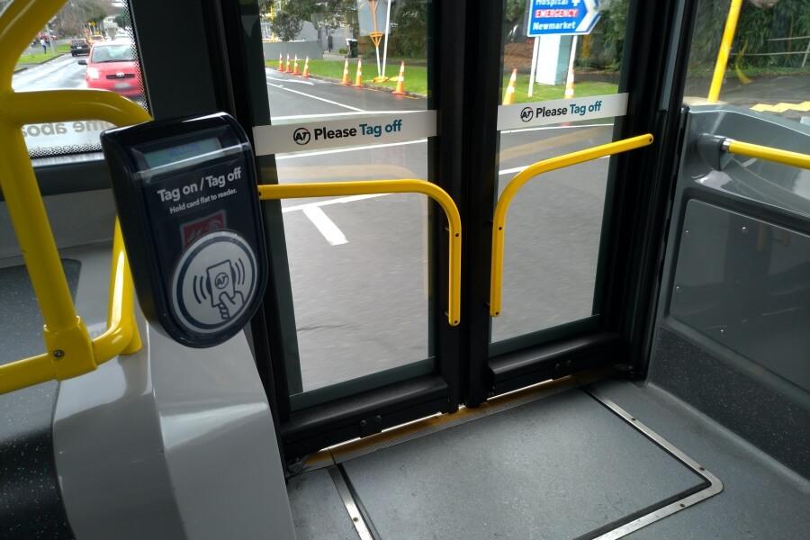 mesin tag on tag off kartu AT HOP di bus Auckland