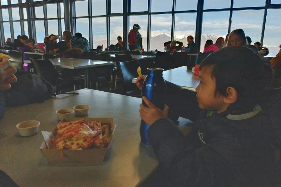 makan di resto coronet peak