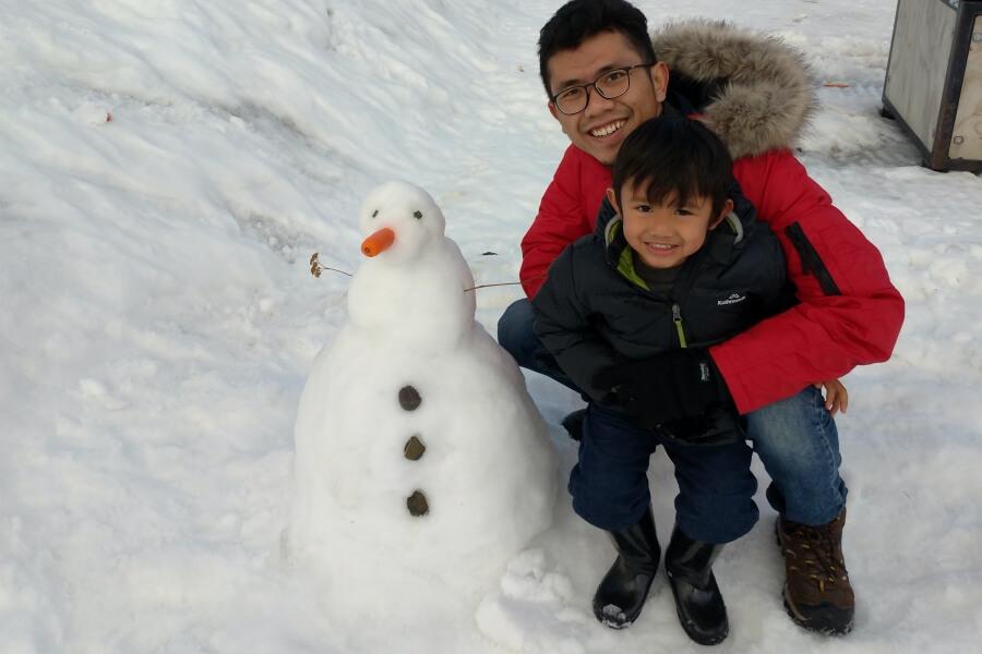 berfoto dengan snowman